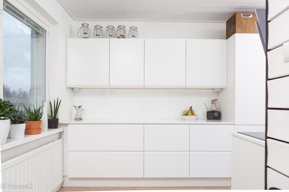 Kerrostalo asunnon keittiö ja kylpyhuone uusi valkoinen ilme  House2