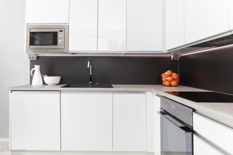 Valkoinen, selkeälinjainen keittiö valmistui Seinäjoella  House2