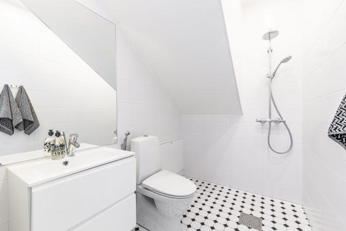 Mustavalkoinen kylpyhuone